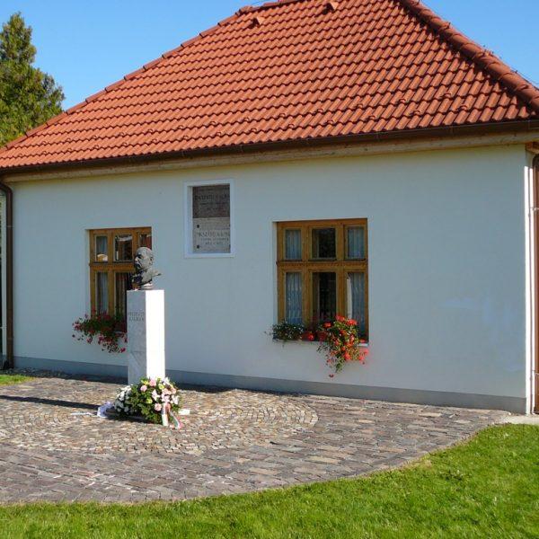 Pamätný dom Kálmána Mikszátha - 15 km od Penziónu U Huberta