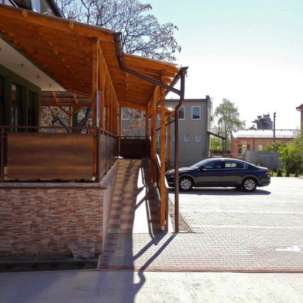 Penzión U Huberta - bezbariérový prístup zo zadnej strany budovy umožňuje vstup priamo z parkoviska