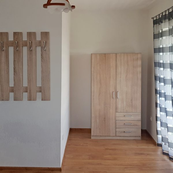 Penzión U Huberta - dvere do kúpeľne a vešiak so šatníkom