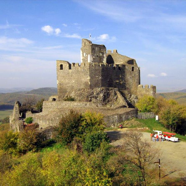 Hollóköi vár - čiastočne zrekonštruovaná zrúcanina hradu kúsok od Penziónu U Huberta