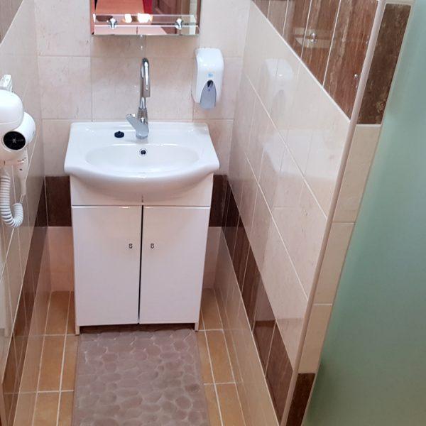 Penzión U Huberta - umývadlo so zrkadlom, za bočnými sklenými dverami je WC a sprcha