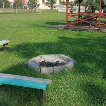 Ohnisko niekoľko desiatok mestrov od Penziónu U Huberta v obci Lesenice