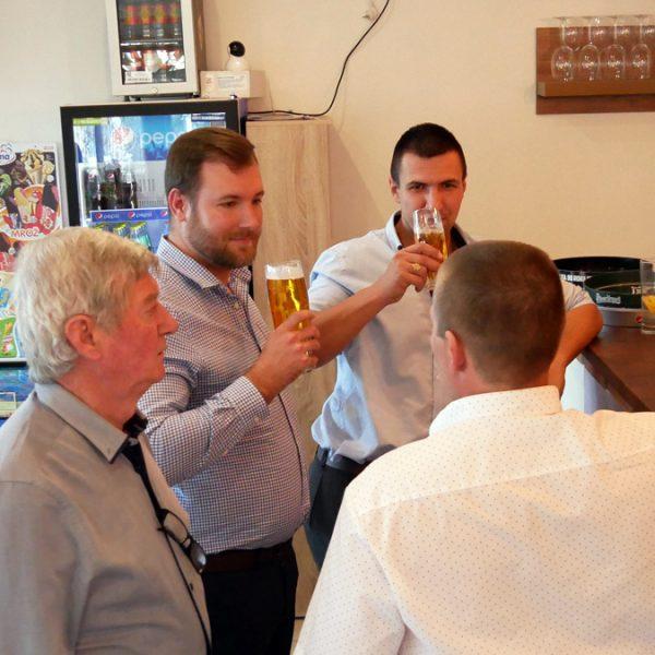 Penzión U Huberta - skupinka popíja pivo pri bare