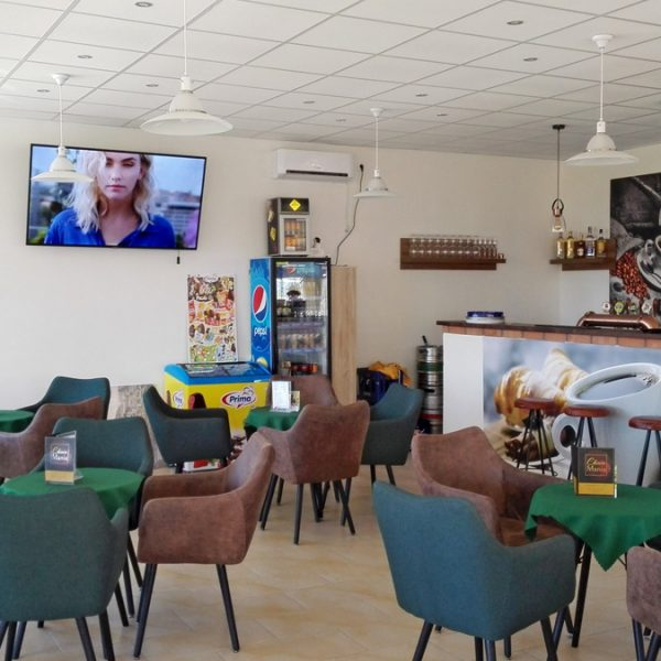 Penzión U Huberta - pohľad na sedenie s TV pri bare