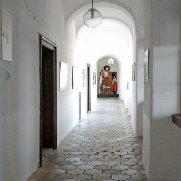 Vnútri kaštieľa v Modrom Kameni je Múzeum bábok a hračiek