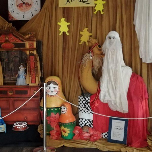 V kaštieli v Modrom Kameni asi pol hodiny cesty od penziónu je jedinečné Múzeum hračiek