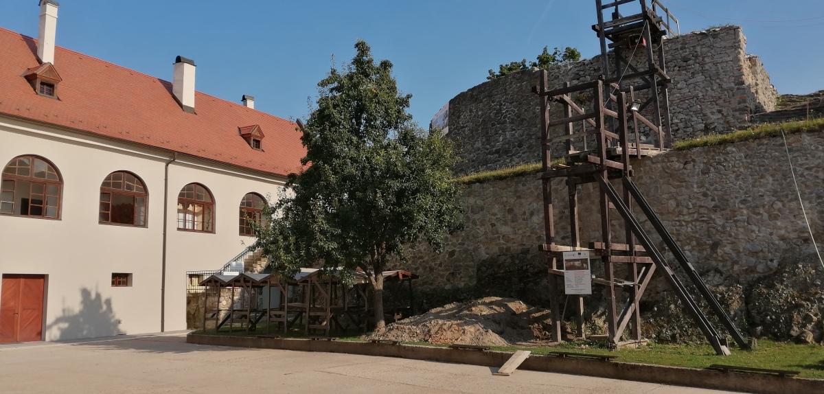 Modrý Kameň - nad nádvorím kaštieľa sa vypínajú zrúcaniny starého hradu prechádzajúce čiastočnou obnovou