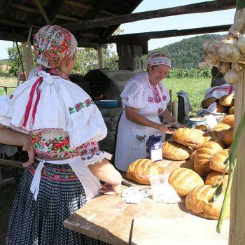 Hontianska paráda Hrušov - ženy v kroji s domácim chlebom