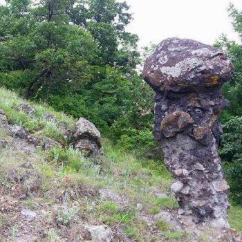 Kamenná žena - skalný útvar nad obcou Príbelce